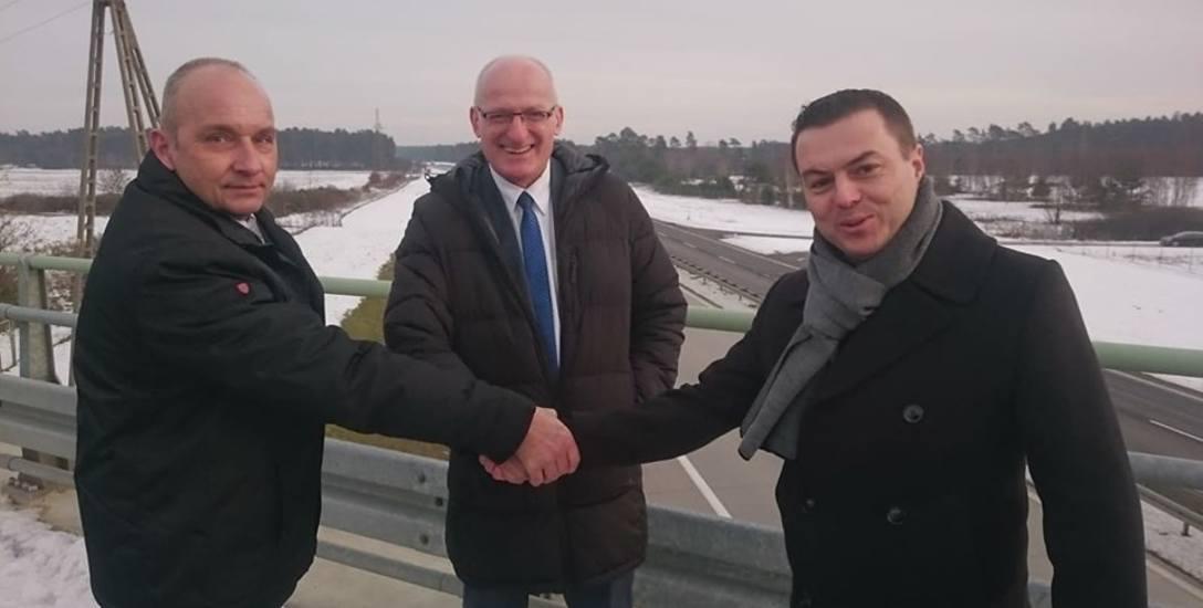 Poseł Jacek Kurzępa był w Wymiarkach. Na zdjęciu na wiadukcie z wójtem gminy i Piotrem Kowalskim