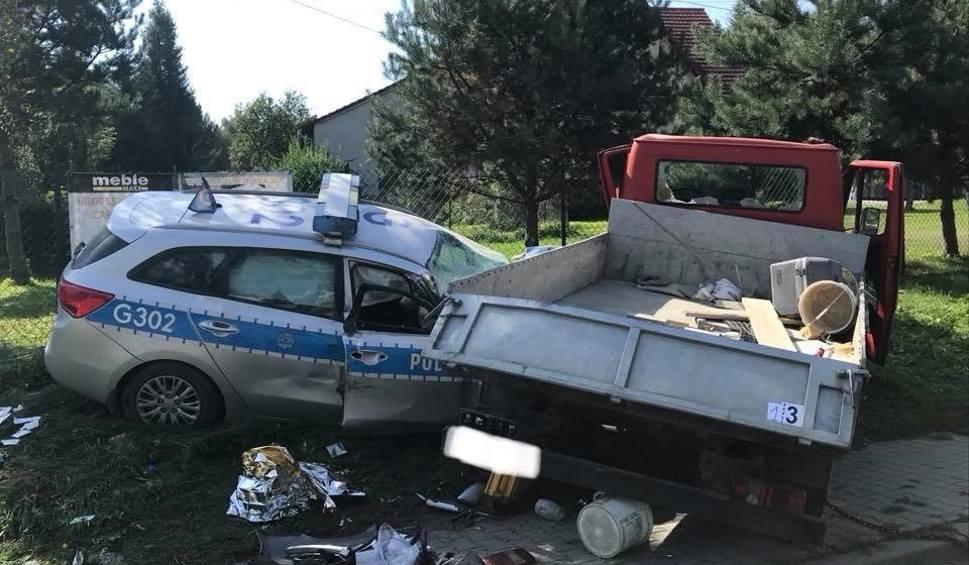 Film do artykułu: Wypadek w Rudniku pod Myślenicami. Radiowóz zderzył się z dostawczakiem