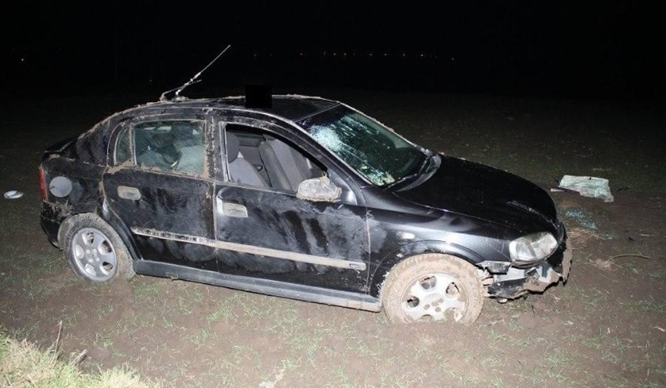 Film do artykułu: Wypadek w gminie Złota. Dachował samochód. Kierowca z promilami, pasażerka trafiła do szpitala