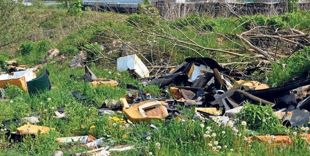 Na miejskich działkach zalegały nie tylko odpady budowlane, ale też sprzęt AGD i części samochodowe