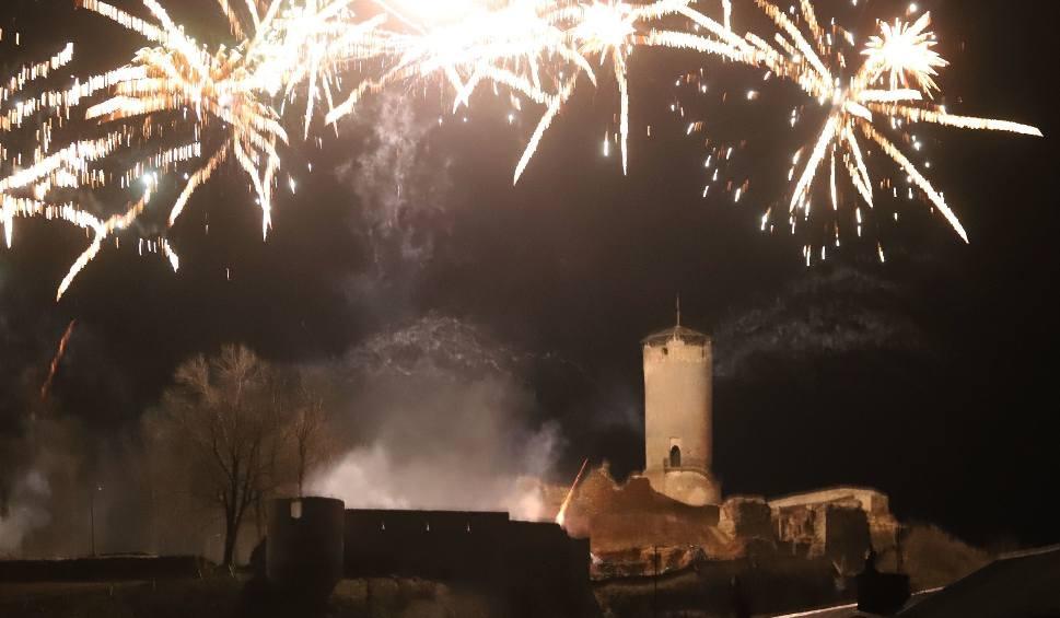 Film do artykułu: Noworoczny pokaz fajerwerków w Iłży. Rozświetlone wzgórze zamkowe i tłumy widzów! Zobaczcie wideo i zapis transmisji na żywo