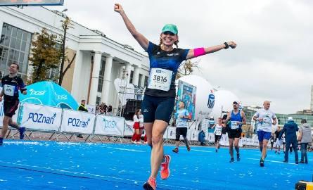 Małgorzata Jarocka-Reczek ze Stalowowolskiego Klubu Biegacza uradowana przekracza linię mety Maratonu w Poznaniu. To jej debiut na tym dystansie.