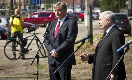 Jarosław Kaczyński i Kosma Złotowski na konferencji prasowej pod PESĄJarosław Kaczyński i Kosma Złotowski na konferencji prasowej pod PESĄ