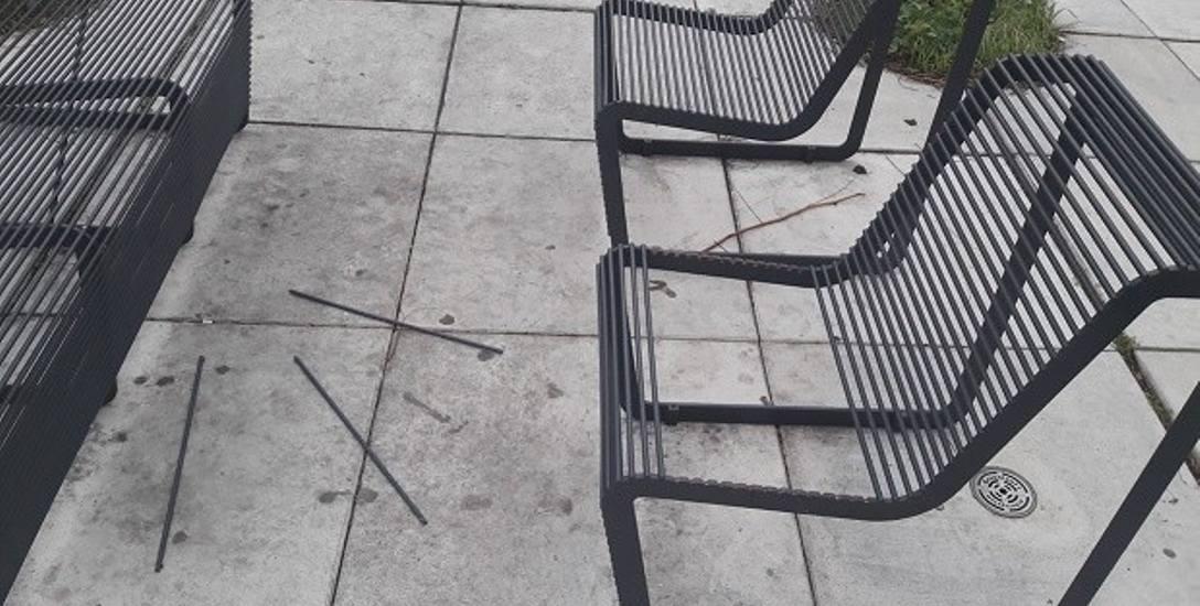Z metalowych ławek na Małym Rynku powyrywano szczeble.