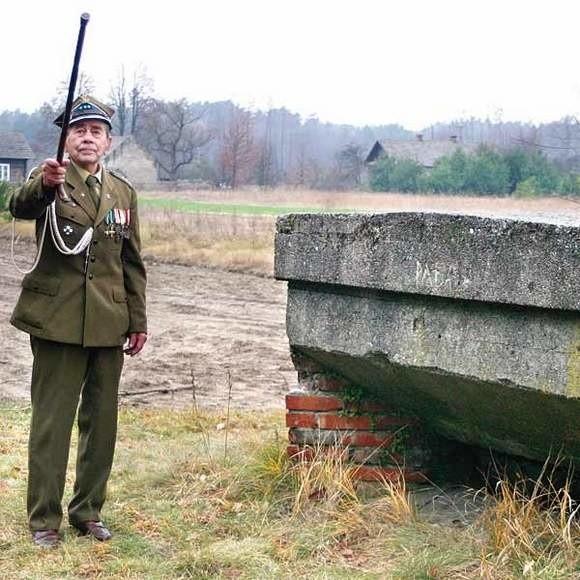 """Aleksander Rusin, ps. """"Rusal"""", dowódca oddziału AK. Podczas wojny miał za zadanie zdobywać informacje o tajnych wyrzutniach V-1 i V-2, które"""