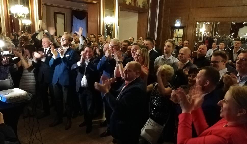 """Film do artykułu: W sztabie PiS w Bydgoszczy oklaski, chwila euforii, ale też: """"Jesienią musimy wygrać w Kujawsko-Pomorskiem"""""""