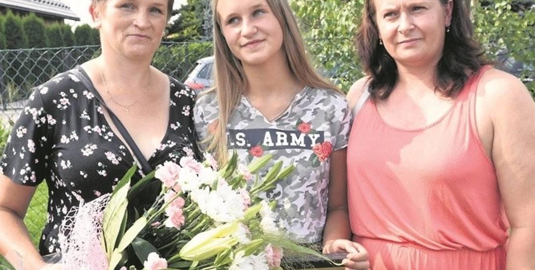 Od lewej Danuta Kosińska, Justyna Kosińska wyróżniona za  pomoc dla chorego Kacpra oraz jego mama Elżbieta Basta