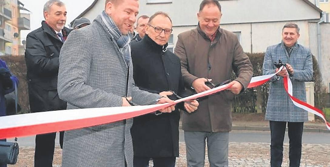 Od lewej burmistrz Piotr Feliński, wójt Kazimierz Lechocki i starosta Mirosław Majka otwierają wyremontowane ulice