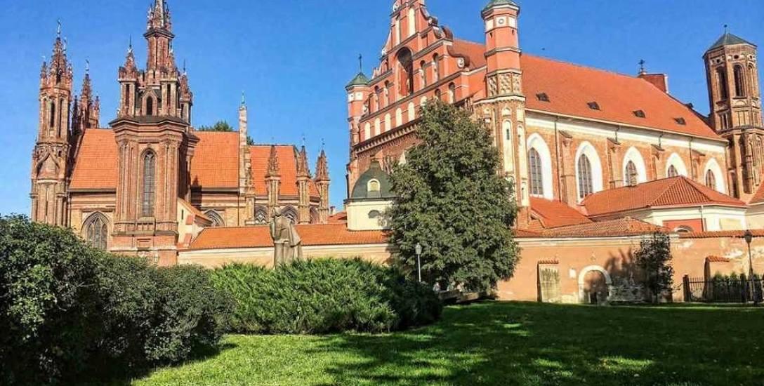 Dwa wileńskie kościoły: św. Anny - najsłynniejsza świątynia Wilna, którą według legendy cesarz Napoleon chciał przewieźć do Paryża (z lewej) oraz św.