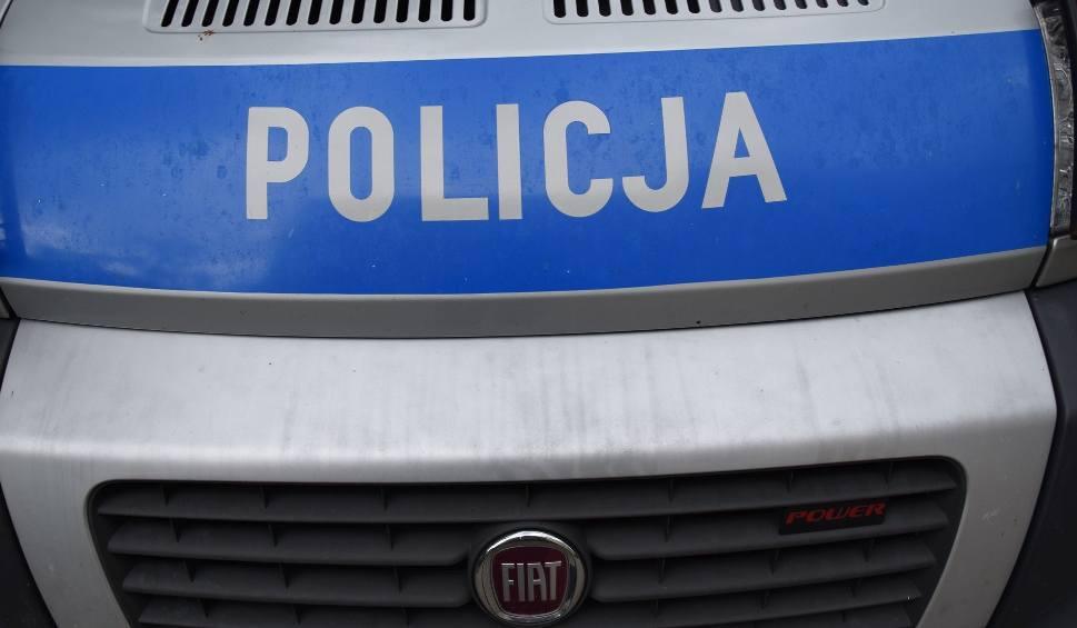 Film do artykułu: Policjanci z Kozienic zatrzymali 43-letniego nożownika, który zranił swojego brata. Trafił do aresztu na trzy miesiące