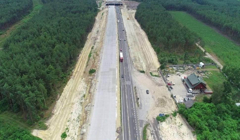 Film do artykułu: Budowa autostrady A1 za Częstochową. Nowa nawierzchnia na połowie jednej jezdni. Zobaczcie na zdjęciach z drona