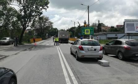Potrącenie w Opatowie. Krajowa trasa numer 74 jest całkowicie zablokowana