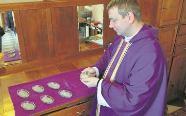 W Środę Popielcową kapłani posypują głowy popiołem. Na zdjęciu ksiądz Wojciech Radej z parafii świętego Wojciecha w Kielcach