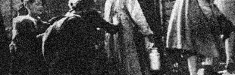 Żydowskie kobiety wsiadające do wagonu pociągu na Umschlagplatzu w Warszawie (sierpień 1942 r.). Transport miał niebawem odjechać w kierunku obozu zagłady