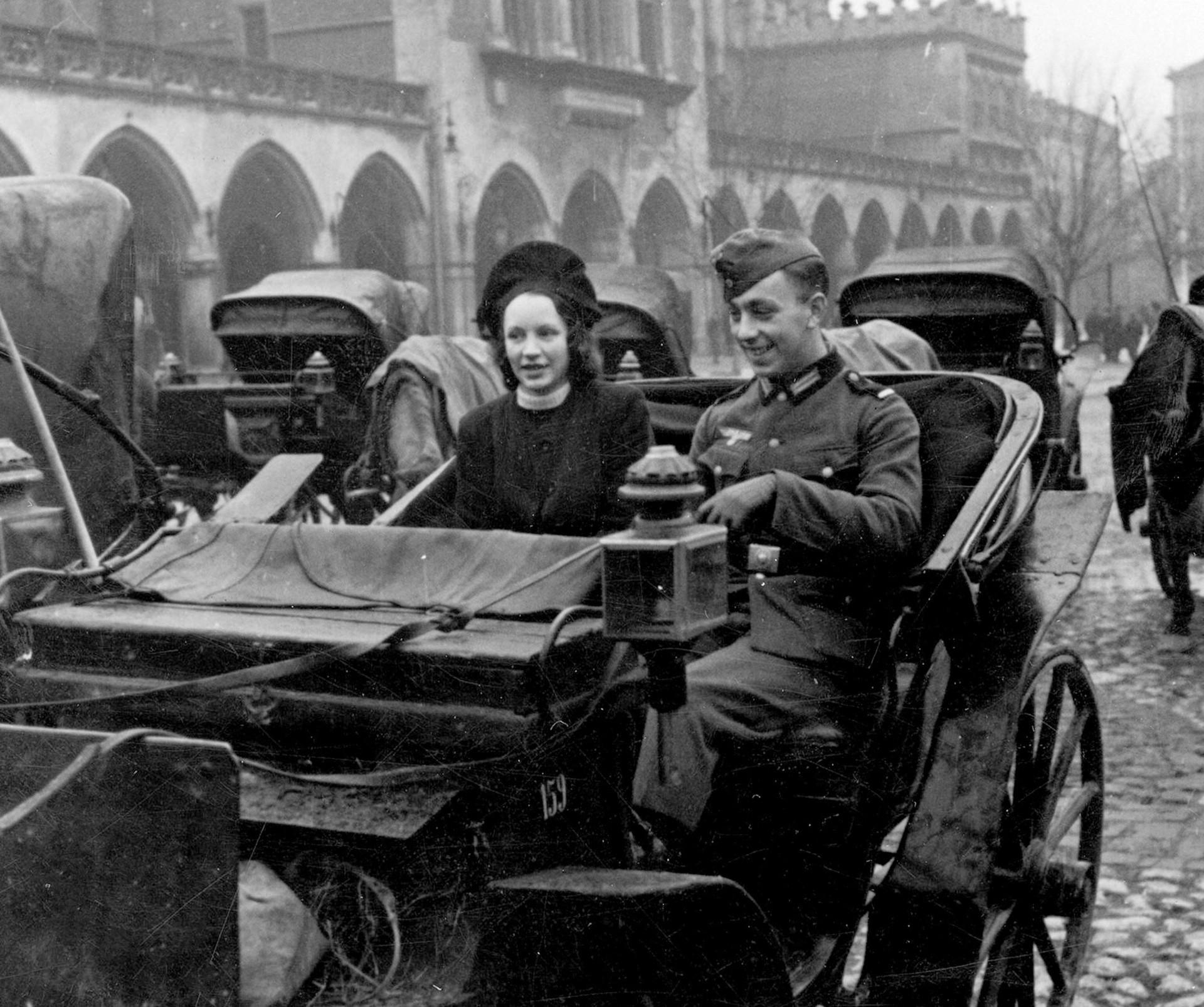 0742855771cba8 Niemiecki żołnierz w towarzystwie dziewczyny wybiera się na przejażdżkę  dorożką