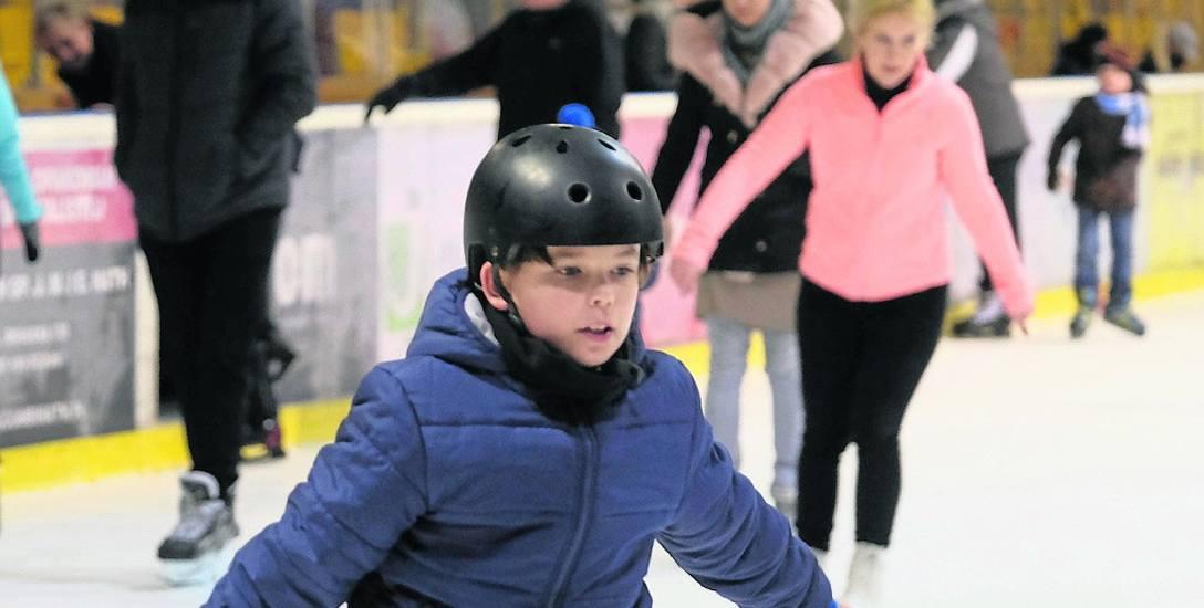 Jednym z pomysłów na nadchodzące ferie są zabawy na lodzie. Młodym pasjonatom jazdy na łyżwach czy rolkach rodzice mogą wykupić tematyczne półkolonie.