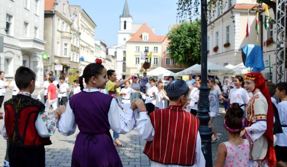 Film do artykułu: Bułgarskie, taneczne oblicze tradycji na zielonogórskim deptaku [ZDJĘCIA]