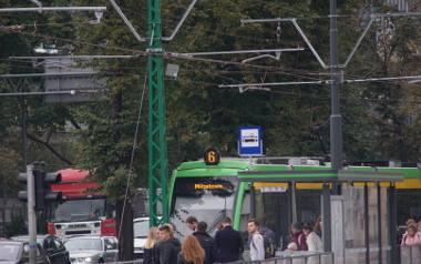 """Taki słup, to już właściwie ewenement i """"rodzynek"""" w stolicy Wielkopolski - zielony słup na Królowej Jadwigi przy węźle AWF w Poznaniu"""
