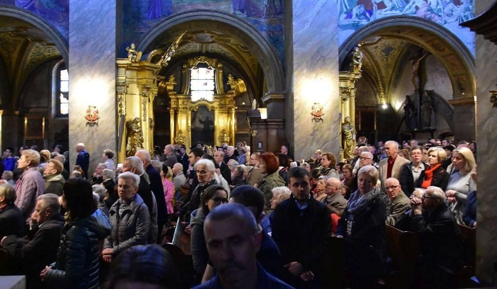 Film do artykułu: Wielkopiątkowe Misterium Męki Pańskiej w kieleckiej katedrze. W liturgii uczestniczyło mnóstwo wiernych (WIDEO, ZDJĘCIA)