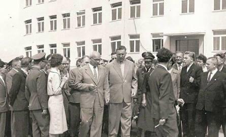 Oficjalne otwarcie szkoły w Czeladzi w roku 1959. Do Piasek przyjechały nie tylko władze wojewódzkie (widoczny na zdjęciu Edward Gierek), ale i państwowe