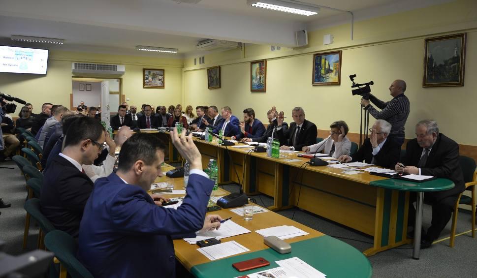 Film do artykułu: Nadzwyczajna sesja Rady Miasta w Ostrowcu. Będą debatować i przyszłości szkół [ZOBACZ TRANSMISJĘ]