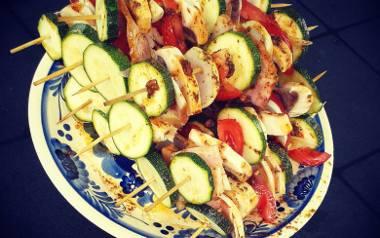 Kolorowe szaszłyki z boczkiem, cukinią, pomidorem i pieczarkami.