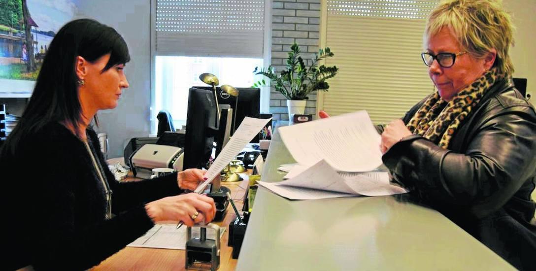 Barbara Kaucka-Hudyma (z prawej) przyniosła do ratusza petycję protestacyjną