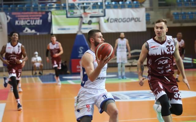 MKS Dąbrowa Górnicza – PGE Spójnia Stargard 99:90 ZDJĘCIA Dąbrowianie ciągle mają szansę na play off. Andy Mazurczak dał popis!