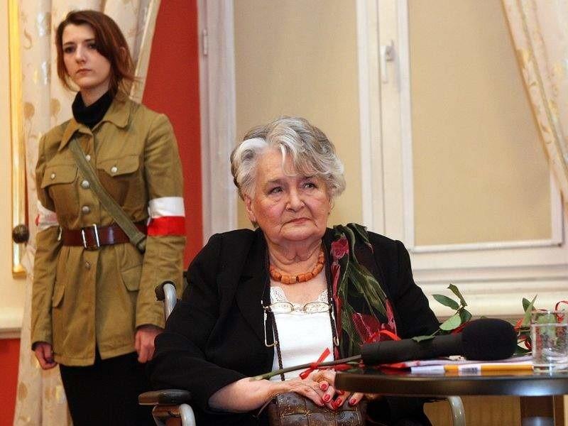 """Za udział w operacji """"Ostra Brama"""" Danuta Szyksznian-Ossowska została odznaczona srebrnym krzyżem zasługi z mieczami"""