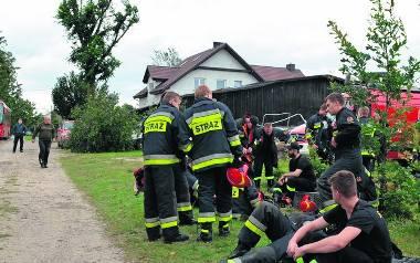 Strażacy, ratownicy medyczni, policjanci, ale też wolontariusze non stop w akcji w pierwszych godzinach po nawałnicy.