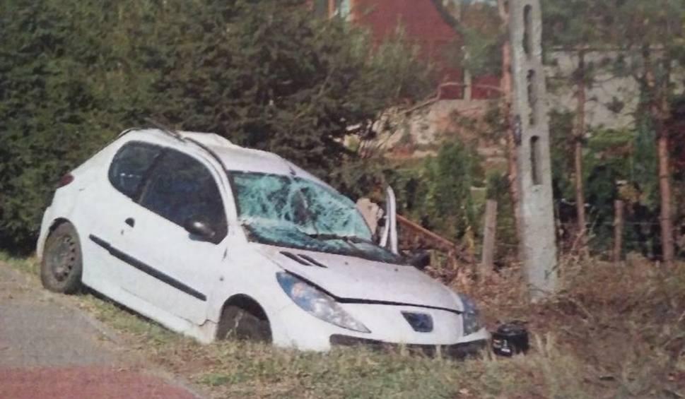 Film do artykułu: W Bliżynie kierowca zostawił rozbite auto z pasażerką i uciekł. Zatrzymany był nietrzeźwy
