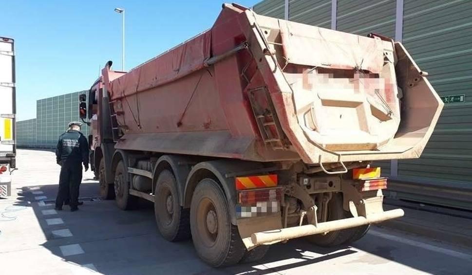 Film do artykułu: Przeładowana ciężarówka wiozła piasek na budowę drogi. Krokodyle zatrzymali ją pod Szydłowcem. Przewoźnikowi grożą wysokie kary