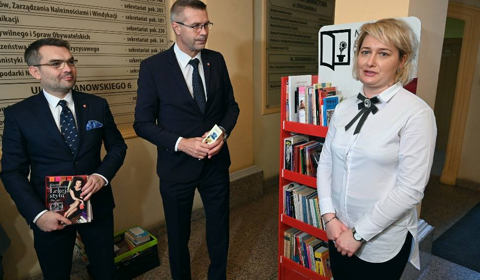 Film do artykułu: Angielskie budki stanęły w Kielcach. To specjalne półki do bookcrossingu - zostaw w nich książkę i weź następną (LISTA PUNKTÓW, ADRESY)