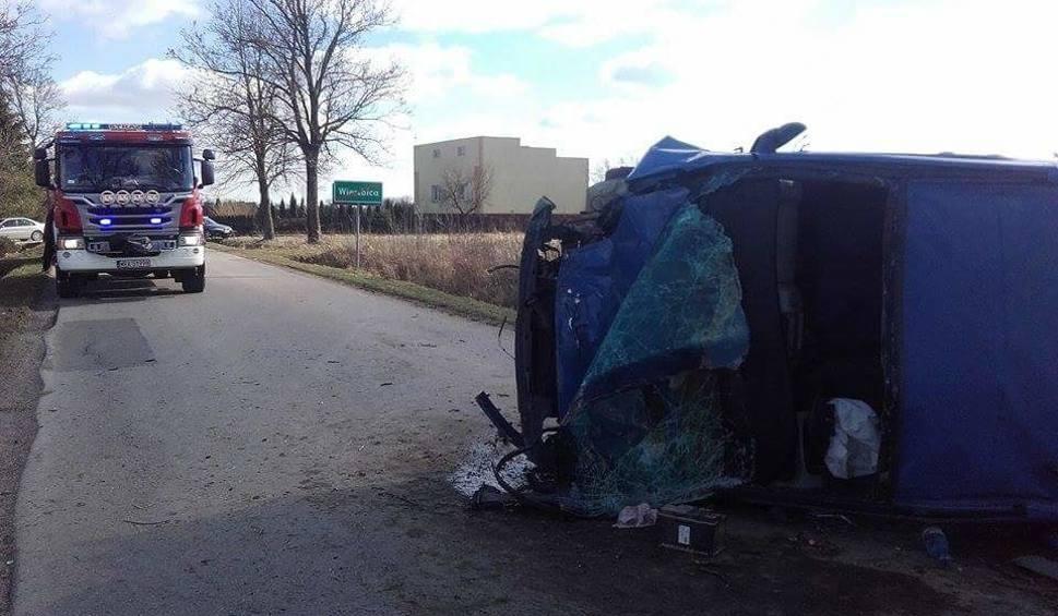 Film do artykułu: Wypadek w Wierzbicy. Bus koziołkował i dachował. Dwie osoby ranne, dwie kolejne uciekły