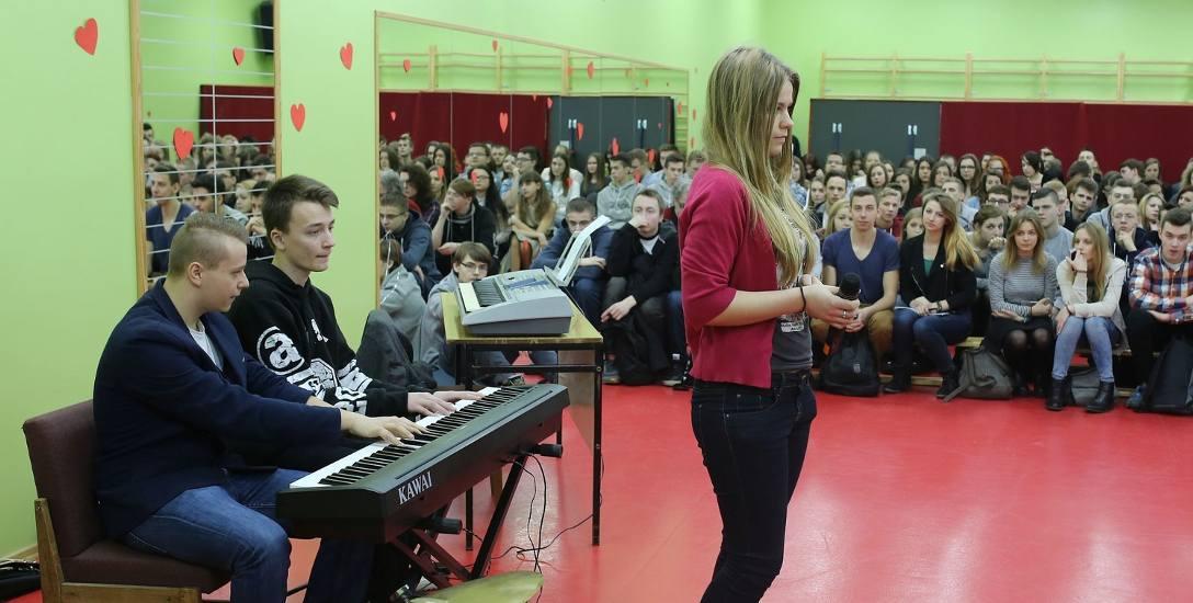 Występują January Porębski, Roman Piekarski i Karina Szweda.
