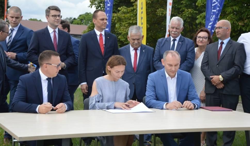 Film do artykułu: Droga S6 z Leśnic do Bożegopola. W Lęborku podpisano umowę na projekt i budowę nowej trasy. Kiedy będzie gotowa?