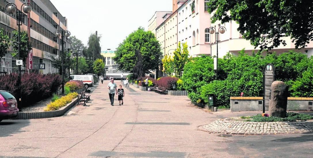 Deptak prowadzący w kierunku dworca PKP; tędy też turysta może przejść spacerem do centrum