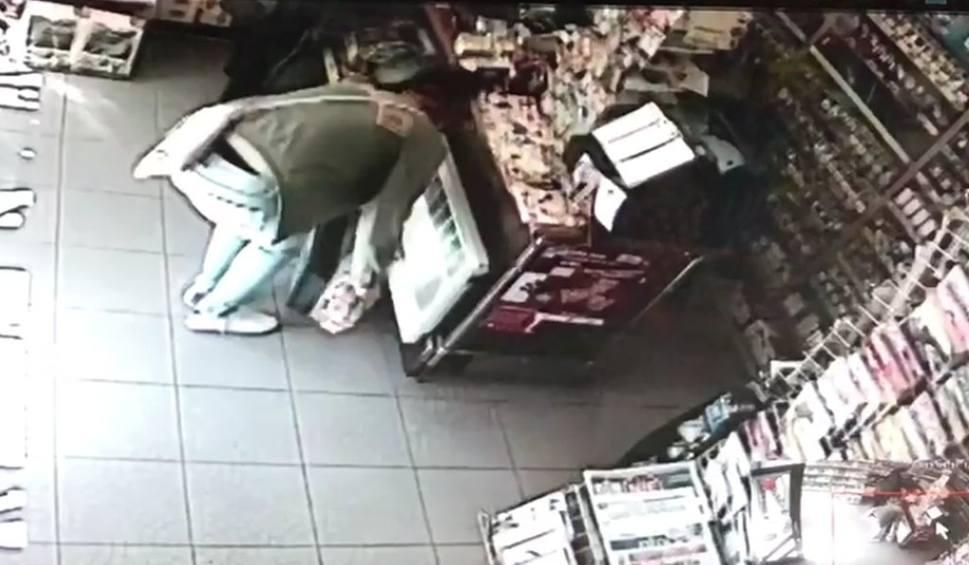 Film do artykułu: Kradzież sklepowa nagrana w Kluczborku. Co zrobiły dwie kobiety, żeby ukraść papierosy i pieniądze