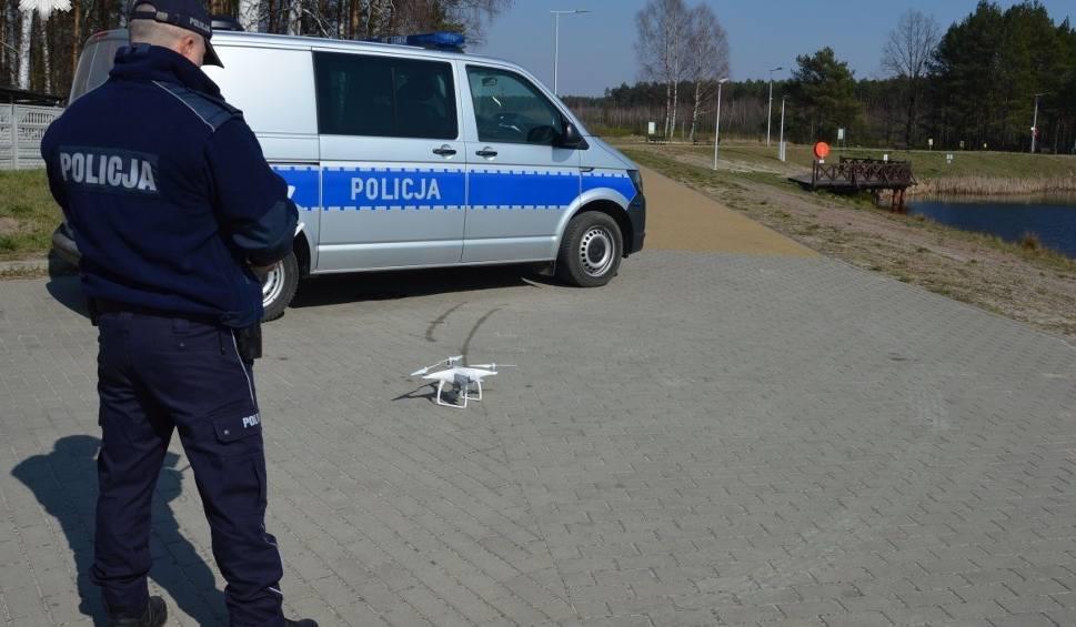 Film do artykułu: Policjanci sprawdzają, czy zostaliśmy w domach. Pomaga dron. Zobacz, co widział w Biłgoraju