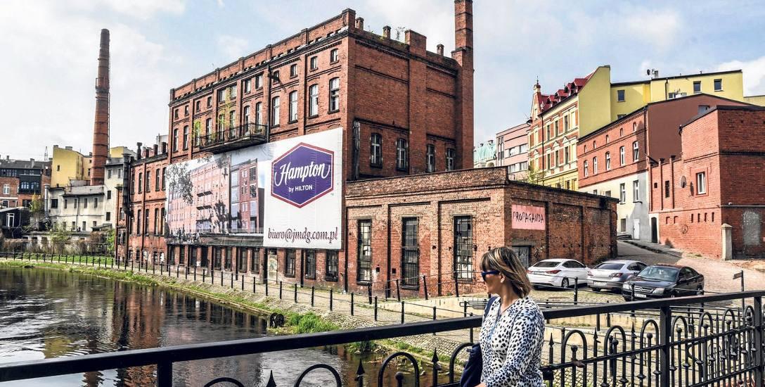 """Projekt hotelu """"Hampton by Hilton"""" zakłada zburzenie dwóch ostatnich pięter (powyżej banera) i dobudowanie trzech nowych"""