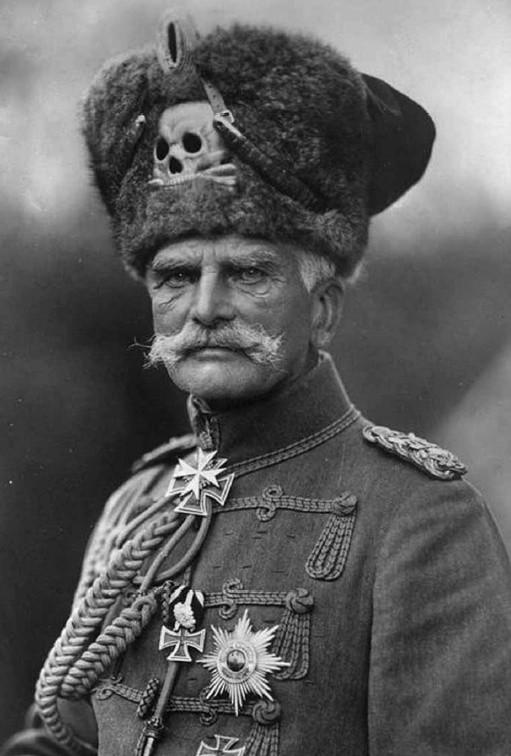 Feldmarszałek August von Mackensen w tradycyjnym uniformie 1. Przybocznego Pułku Huzarów, używanym przed I wojną światową.