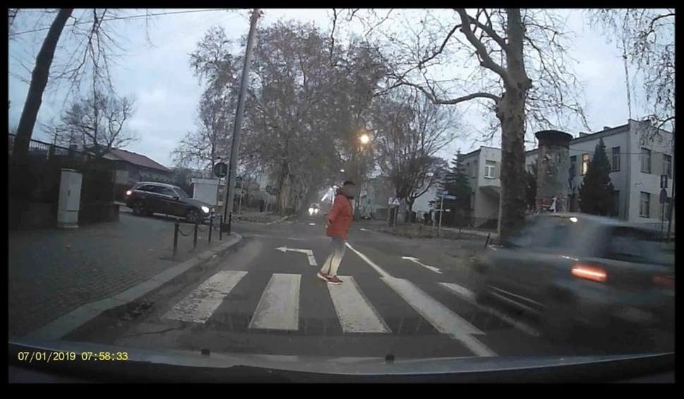 Film do artykułu: O włos od tragedii! Kierowca prawie potrącił pieszych w Gubinie. Policja szuka świadków