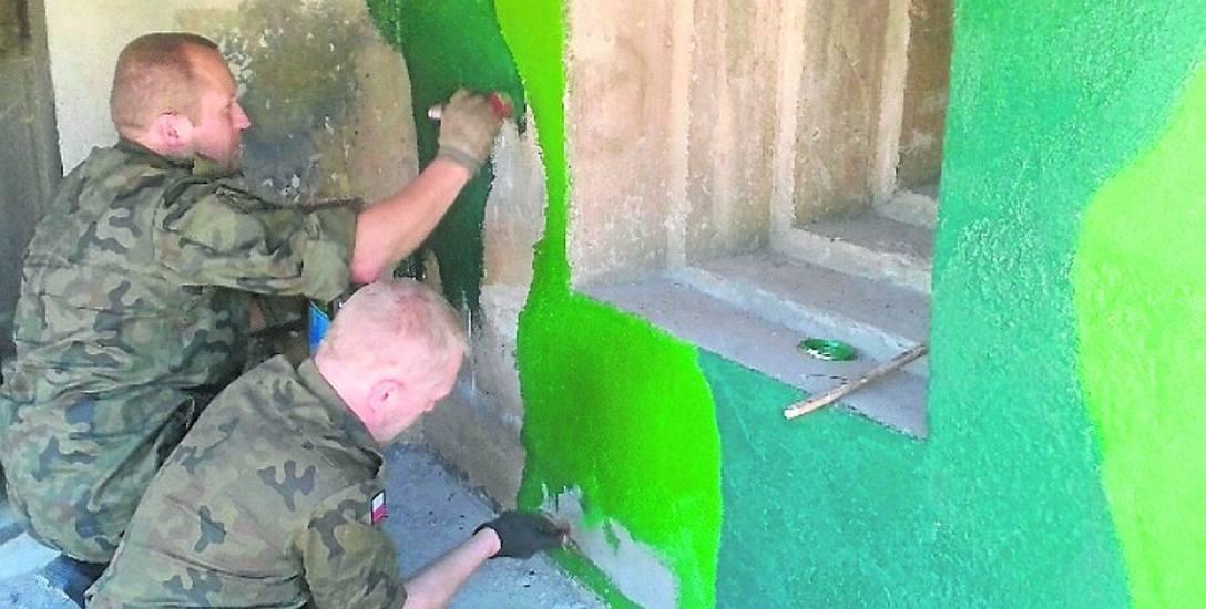 Wolontariusze chwycili za pędzle i pomalowali fragment schronu w barwy maskujące, to wersja kamuflażu dla obiektów w terenie odkrytym. Te w lasach miały