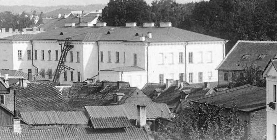 Widok z pałacowej bramy na gmach Szkoły Realnej przy ul. Aleksandrowskiej (dziś siedziba VI Liceum Ogólnokształcącego) w 1897 r.
