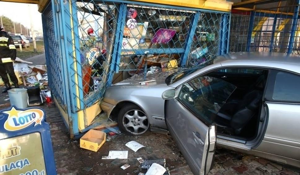 Film do artykułu: Stalowa Wola. Pędził autem rozmawiając przez telefon, wypadł z drogi i docisnął 85-latka do kiosku - mężczyzna zmarł. Jest akt oskarżenia