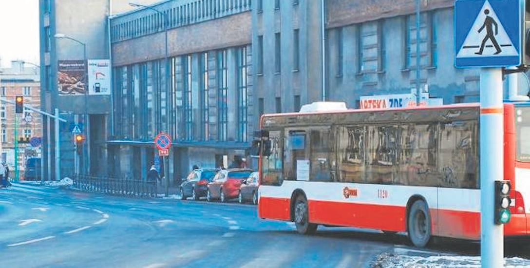 W noc sylwestrową i w Nowy Rok autobusy oraz tramwaje będą kursowały inaczej. Warto o tym pamiętać