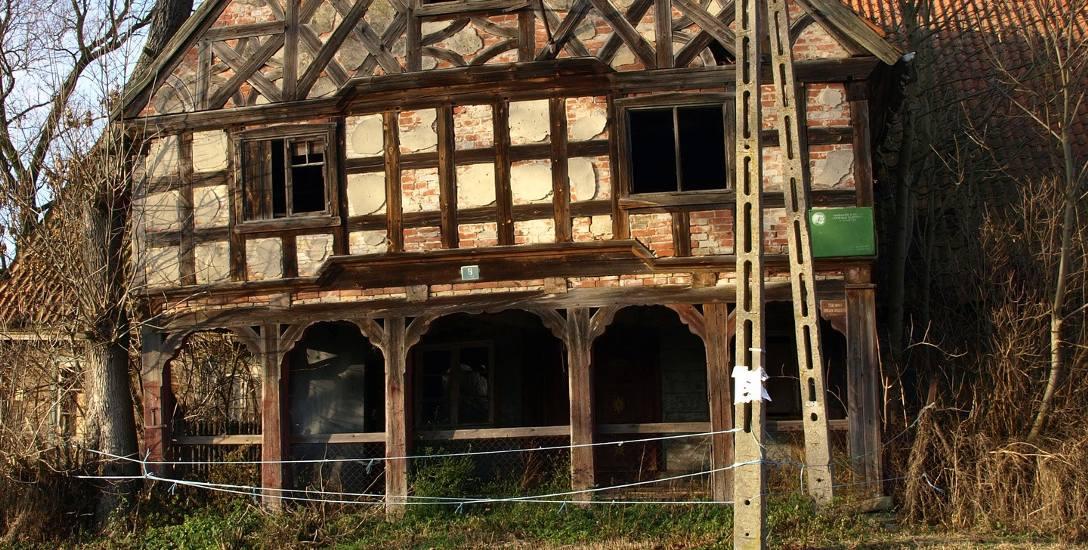 Tak dom podcieniowy z Kławek prezentował się około dziesięciu lat temu. Potem popadł w ruinę, a w końcu zniknął