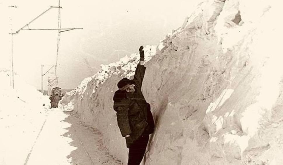 Film do artykułu: Masz dosyć zimy? Zima stulecia była potworna. Zobacz zdjęcia z 1978/1979: gigantyczne zaspy i zasypane auta