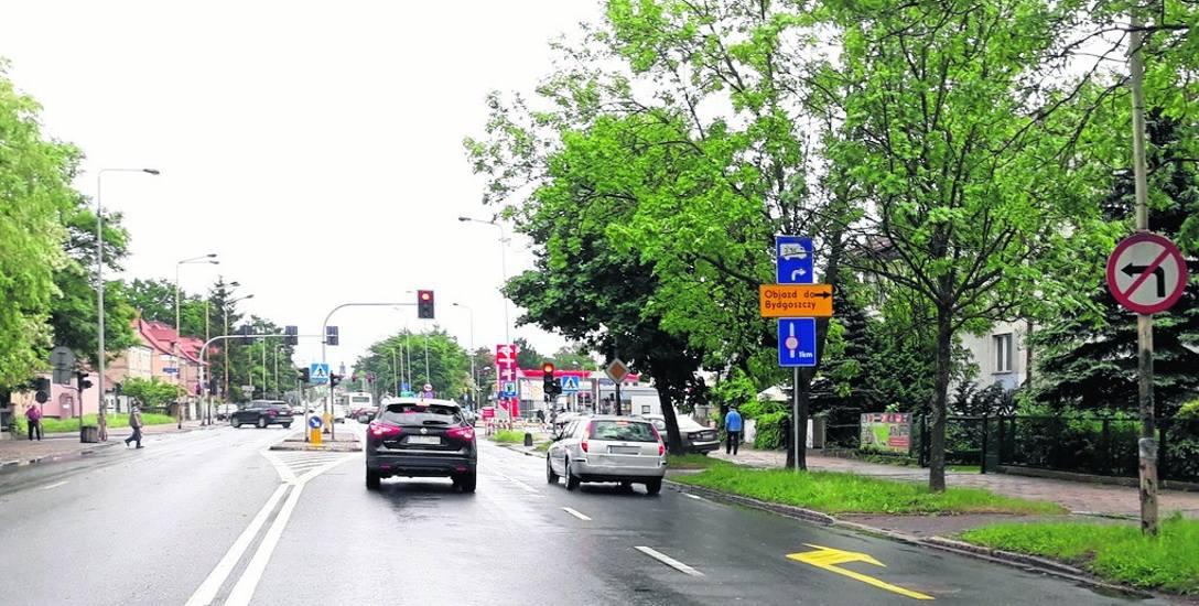 Na ulicy Szczecińskiej wprowadzono kolejną zmianę w organizacji ruchu. Teraz jest pas do jazdy prosto i drugi pas do skrętu w prawo w ulicę Kościuszki.