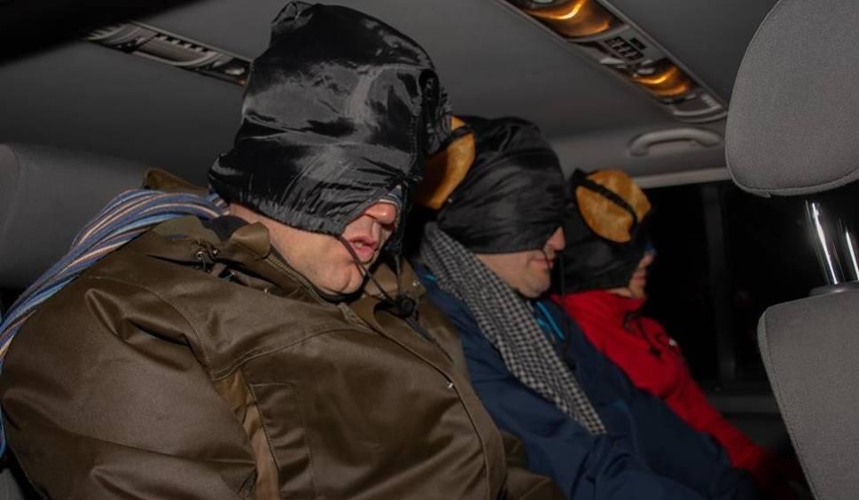 Film do artykułu: Politykom z regionu zawiązano oczy i wywieziono do lasu. Sceny jak z filmu akcji